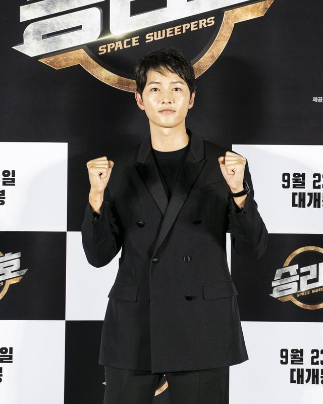 Song Joong Ki lần đầu tiên xuất hiện công khai sau loạt tin đồn tình ái - Ảnh 2.