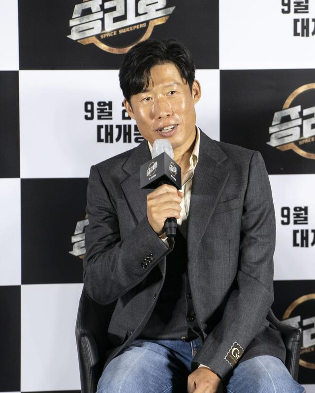 Song Joong Ki lần đầu tiên xuất hiện công khai sau loạt tin đồn tình ái - Ảnh 5.