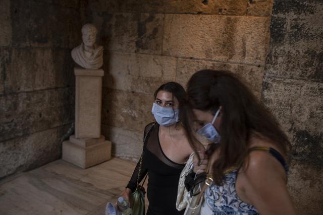Hy Lạp bắt buộc đeo khẩu trang ở tất cả không gian công cộng - Ảnh 1.