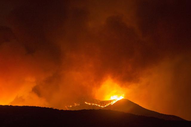 Cháy rừng lan rộng tại California (Mỹ), hàng nghìn người phải sơ tán - Ảnh 2.