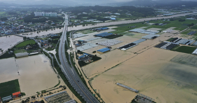 Mưa lớn gây ngập lụt nghiêm trọng tại Hàn Quốc - Ảnh 1.