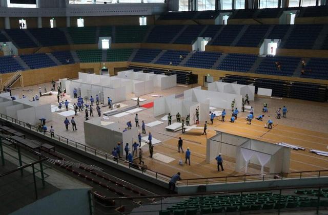 Hàng trăm người thần tốc lắp đặt bệnh viện dã chiến chống COVID-19 tại Cung thể thao Tiên Sơn, Đà Nẵng - Ảnh 2.