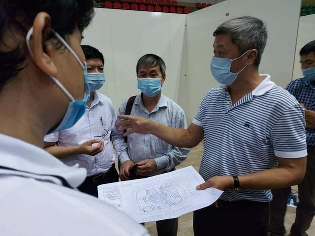 Hàng trăm người thần tốc lắp đặt bệnh viện dã chiến chống COVID-19 tại Cung thể thao Tiên Sơn, Đà Nẵng - Ảnh 1.