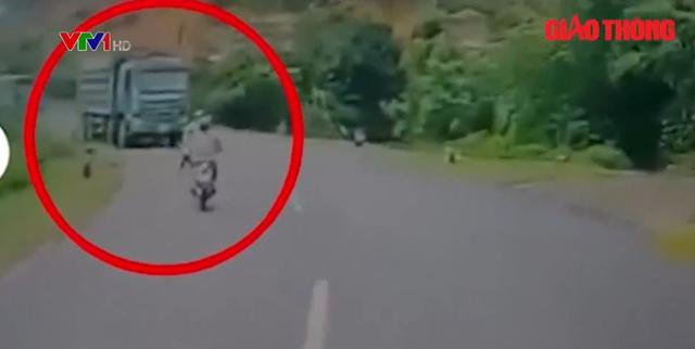 Clip: Cố lấn làn vượt ẩu, người phụ nữ suýt chết thảm dưới bánh xe tải - Ảnh 1.