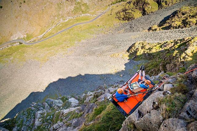 Rùng mình với thử thách cắm trại bên vách núi dựng đứng - ảnh 1