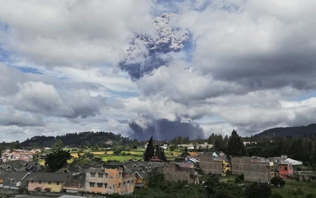 Núi lửa Sinabung phun trào, giới chức Indonesia ra cảnh báo - Ảnh 2.