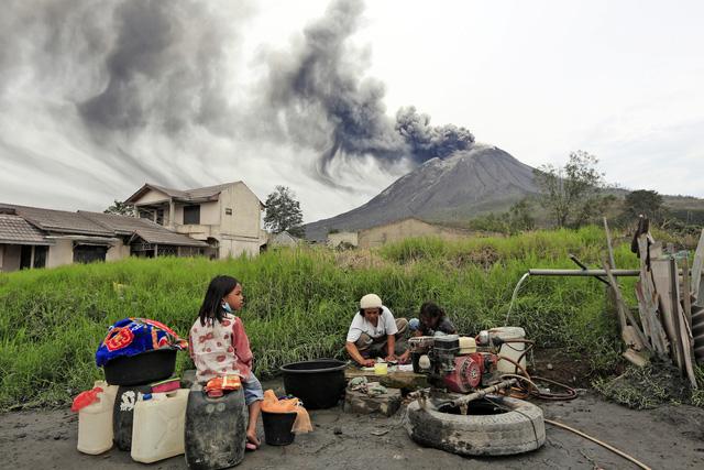 Núi lửa Sinabung phun trào, giới chức Indonesia ra cảnh báo - Ảnh 1.
