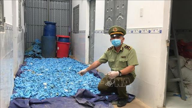 Phát hiện hơn 20 tấn găng tay y tế thu gom để tái sử dụng - ảnh 1