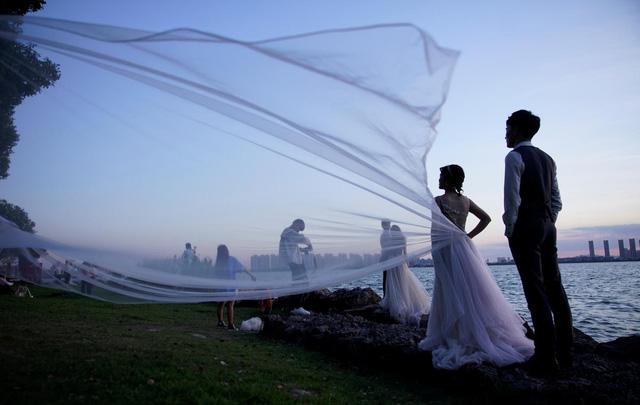 Thành phố váy cưới tại Trung Quốc ảm đạm mùa dịch bệnh - Ảnh 1.