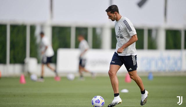 HLV Pirlo cực ngầu trong buổi tập đầu tiên cùng các học trò tại Juventus - Ảnh 4.