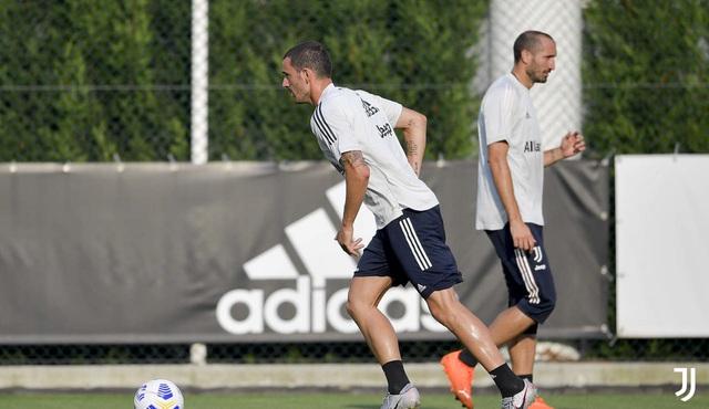HLV Pirlo cực ngầu trong buổi tập đầu tiên cùng các học trò tại Juventus - Ảnh 2.