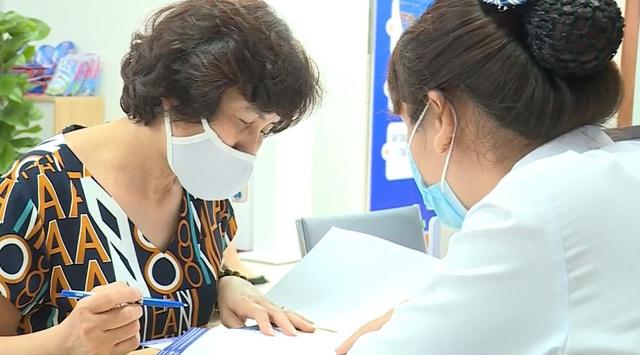 Người cao tuổi quan tâm nhiều hơn việc tiêm vaccine trong thời dịch bệnh - Ảnh 1.