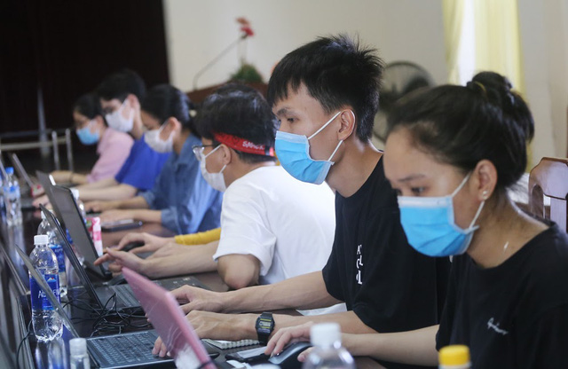 Những sinh viên ngành y giấu người thân đi chống dịch - Ảnh 1.