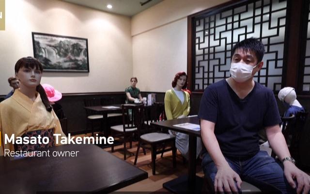 Nhà hàng Nhật Bản thực hiện giãn cách xã hội bằng... mannequin - Ảnh 1.