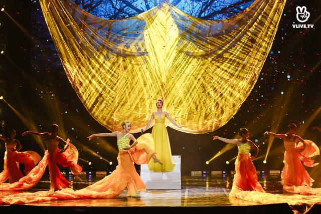 Uyên Linh, Minh Hằng biểu diễn trên sân khấu... không khán giả - Ảnh 1.