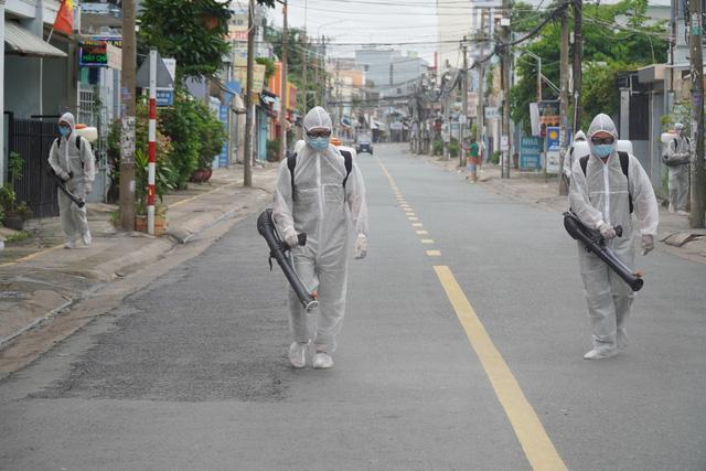 Phong tỏa khu dân cư nơi bệnh nhân COVID-19 số 595 sinh sống - Ảnh 1.