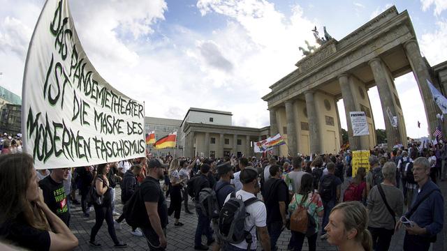 Biểu tình phản đối các biện pháp kiềm chế dịch COVID-19 tại Berlin, Đức - Ảnh 1.