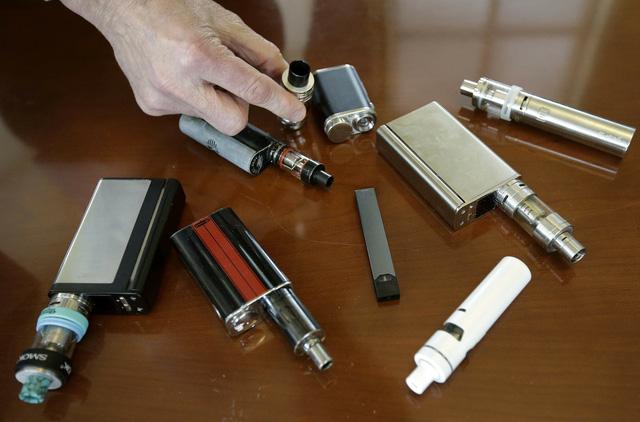 Trên 1/3 số học sinh trung học Mỹ hút thuốc lá điện tử - Ảnh 1.