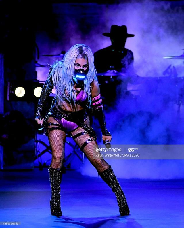 Muôn kiểu khẩu trang độc lạ của Lady Gaga tại VMAs 2020 - Ảnh 4.