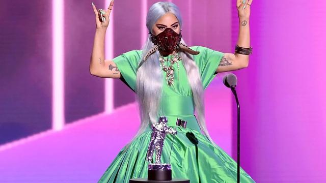 Muôn kiểu khẩu trang độc lạ của Lady Gaga tại VMAs 2020 - Ảnh 3.