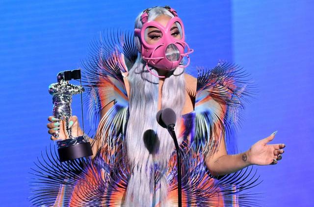 Muôn kiểu khẩu trang độc lạ của Lady Gaga tại VMAs 2020 - Ảnh 2.