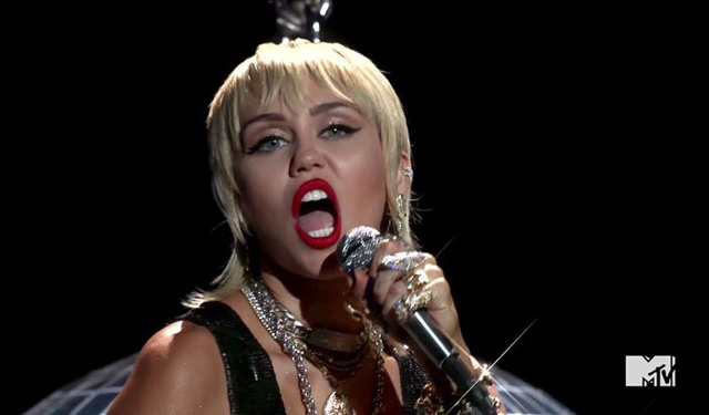 VMAs 2020: Miley Cyrus bùng nổ, tái hiện khoảnh khắc Wrecking Ball kinh điển - Ảnh 5.