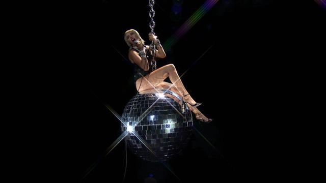 VMAs 2020: Miley Cyrus bùng nổ, tái hiện khoảnh khắc Wrecking Ball kinh điển - Ảnh 2.