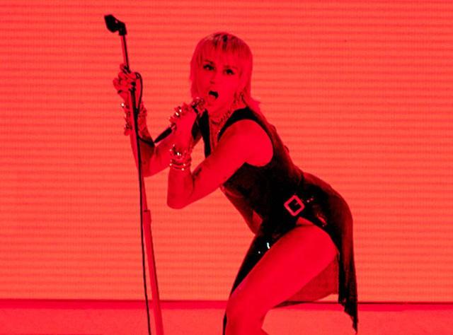 VMAs 2020: Miley Cyrus bùng nổ, tái hiện khoảnh khắc Wrecking Ball kinh điển - Ảnh 1.