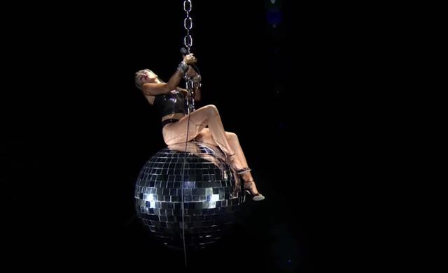 VMAs 2020: Miley Cyrus bùng nổ, tái hiện khoảnh khắc Wrecking Ball kinh điển - Ảnh 3.