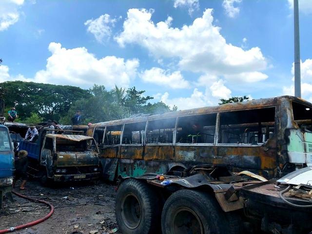 Cháy bãi đỗ xe, 12 ô tô bị thiêu rụi trơ khung - Ảnh 3.