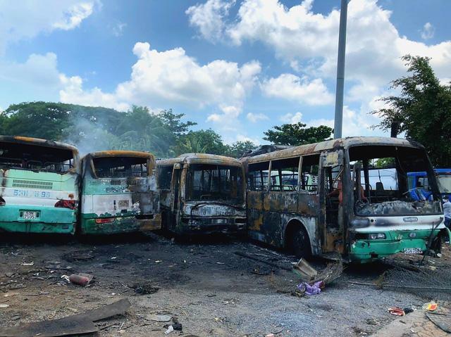 Cháy bãi đỗ xe, 12 ô tô bị thiêu rụi trơ khung - Ảnh 1.