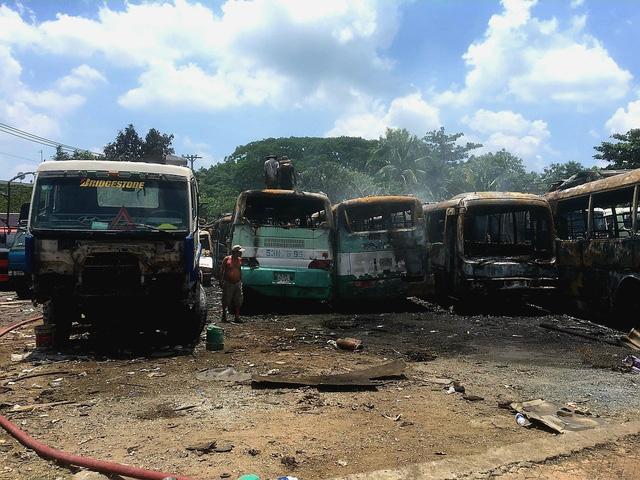 Cháy bãi đỗ xe, 12 ô tô bị thiêu rụi trơ khung - Ảnh 2.