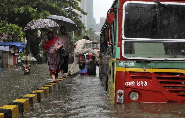 Nhiều khu vực chìm trong biển nước, Ấn Độ ra cảnh báo cao nhất về tình trạng mưa lớn - Ảnh 4.