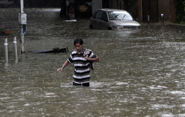 Nhiều khu vực chìm trong biển nước, Ấn Độ ra cảnh báo cao nhất về tình trạng mưa lớn - Ảnh 1.