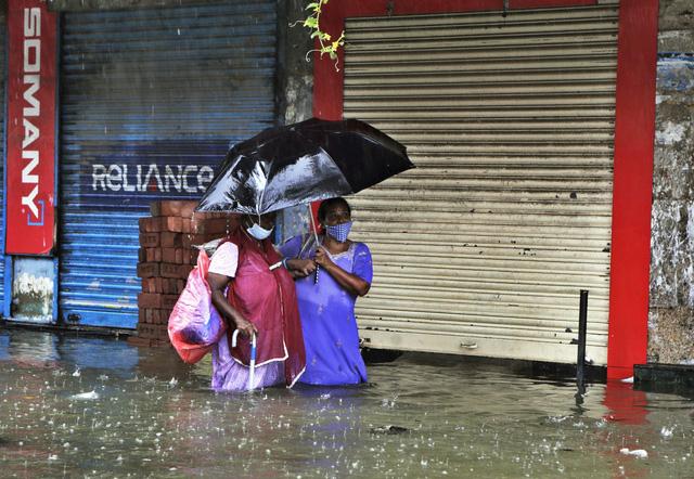 Nhiều khu vực chìm trong biển nước, Ấn Độ ra cảnh báo cao nhất về tình trạng mưa lớn - Ảnh 2.