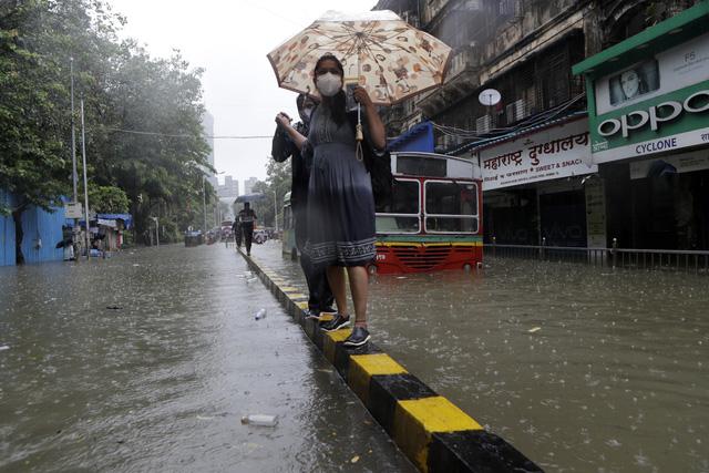 Nhiều khu vực chìm trong biển nước, Ấn Độ ra cảnh báo cao nhất về tình trạng mưa lớn - Ảnh 3.