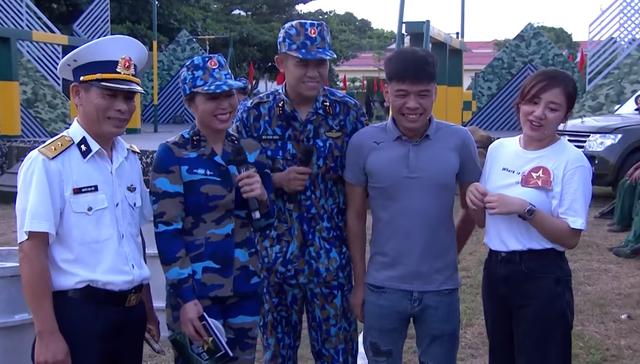 Văn Mai Hương bối rối khi được các chiến sĩ khen xinh - Ảnh 1.