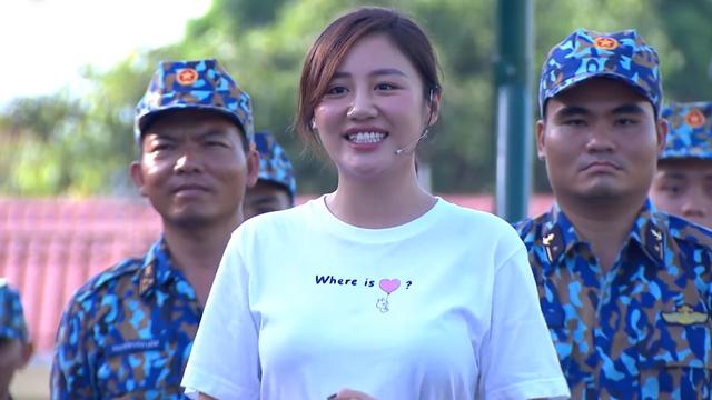 Văn Mai Hương bối rối khi được các chiến sĩ khen xinh - Ảnh 3.
