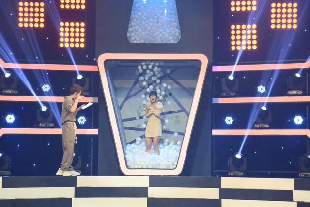 """MC Ngô Kiến Huy """"xua đuổi"""" Hoàng Yến Chibi khi bị nhắc nhở về cách dẫn dắt gameshow - Ảnh 1."""