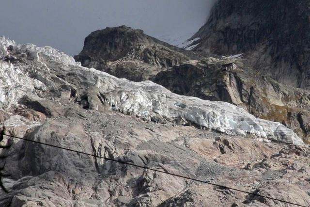 Italy sơ tán người dân do lo ngại vỡ sông băng - Ảnh 1.