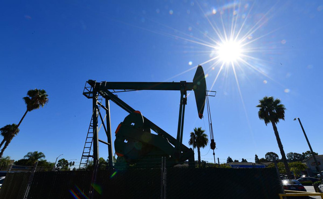Giá dầu thế giới đi xuống do triển vọng nhu cầu ảm đạm - Ảnh 1.