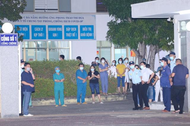 Y bác sĩ Bệnh viện C Đà Nẵng vui mừng khi dỡ bỏ lệnh phong tỏa, mở cửa đón bệnh nhân - Ảnh 1.