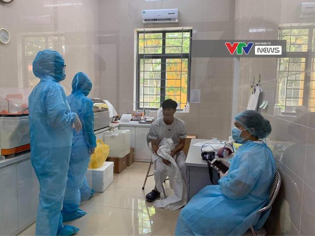 Sáng nay (8/8), Hà Nội bắt đầu triển khai xét nghiệm PCR cho người từ Đà Nẵng trở về - Ảnh 2.