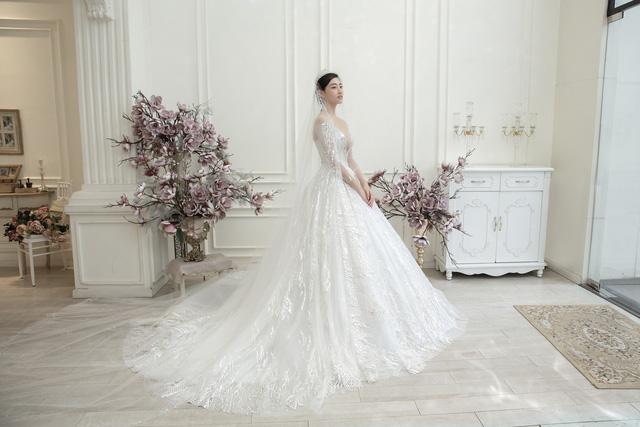 Dàn người đẹp diện váy cưới trong đêm nhạc Đà Nẵng - Quảng Nam triệu con tim hướng về - Ảnh 8.