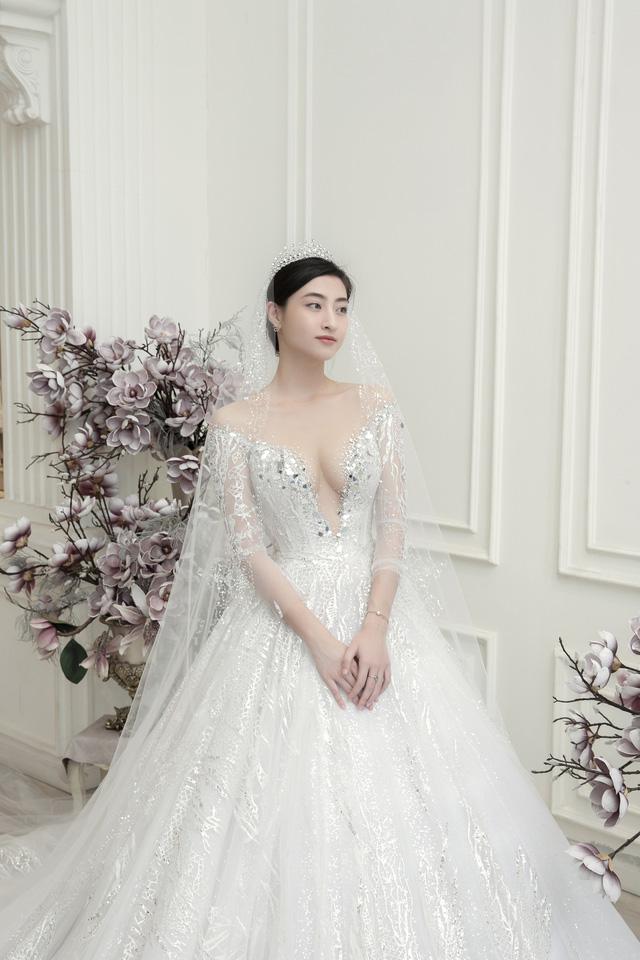 Dàn người đẹp diện váy cưới trong đêm nhạc Đà Nẵng - Quảng Nam triệu con tim hướng về - Ảnh 4.