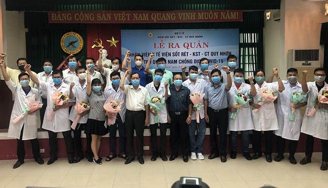 10 bác sĩ, điều dưỡng Bình Định vào Quảng Nam chia lửa - Ảnh 1.