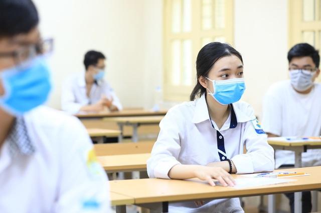 Sáng nay (10/8), thí sinh làm bài thi tổ hợp Khoa học tự nhiên, Khoa học xã hội - Ảnh 1.