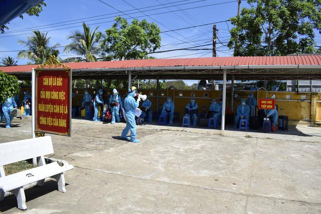 Phú Yên tiếp nhận cách ly 339 công dân Việt Nam từ Nga về - Ảnh 2.
