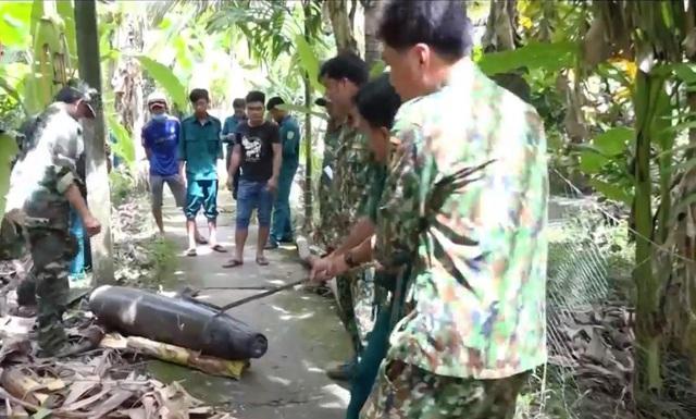 Trục vớt 2 quả bom nặng 250kg, dài 1,5m trong ao cá nhà dân - Ảnh 3.