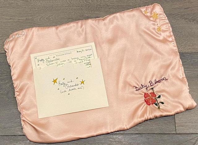 Katy Perry hạ sinh con đầu lòng, Taylor Swift gửi tặng khăn thêu tay - Ảnh 1.
